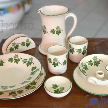 Composizione Stoviglie in Terracotta Ceramica con decoro Edera Salento