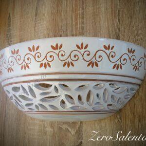 Applique terracotta smaltata bianca, intaglio a foglie e disegno a incisione
