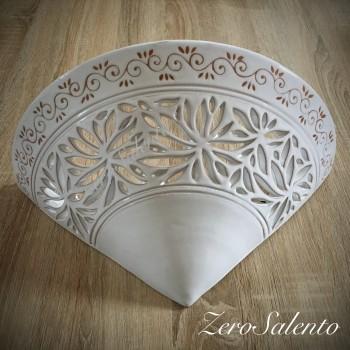 Applique conica terracotta smaltata bianca, intaglio a fiori e disegno a incisione naturale