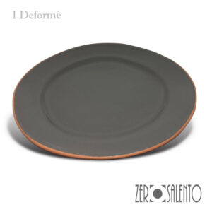 "Piatto Piano ""DEFORME' "" in Terracotta con bordo irregolare grigio by ZeroSalento"