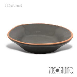 """Piatto fondo """"DEFORME' """" in Terracotta con bordo irregolare colore grigio"""